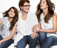 CINDY CRAWFORD Poses With her Mom And Daughter