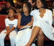 Wife of Barack Obama with her kids