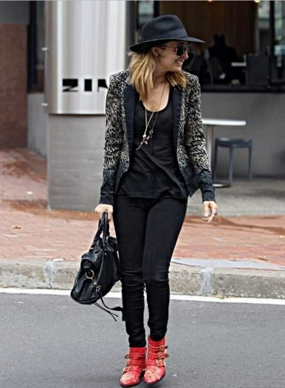 The pretty actress Nicole has been spotted a number of times with her black Balenciaga City Bag.