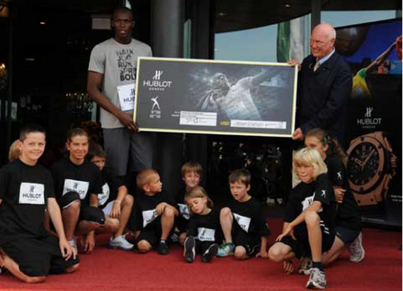 Usain receives 10,000 US Dollar from Hubolt for Usain Bolt Foundation