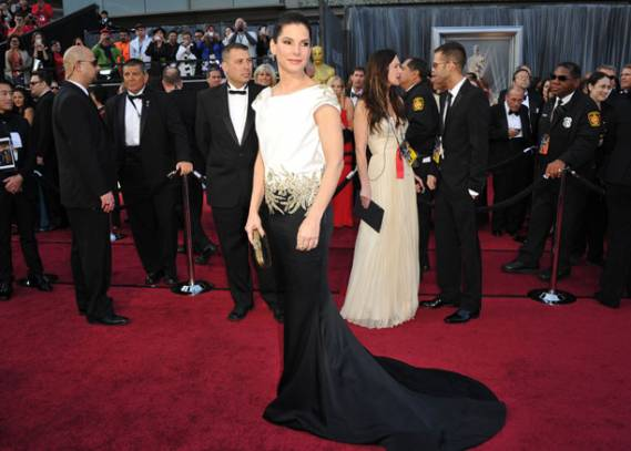 The best actress flaunted designer Marchesa gown(not in this image) on the red carpet of the 2010 Oscars.