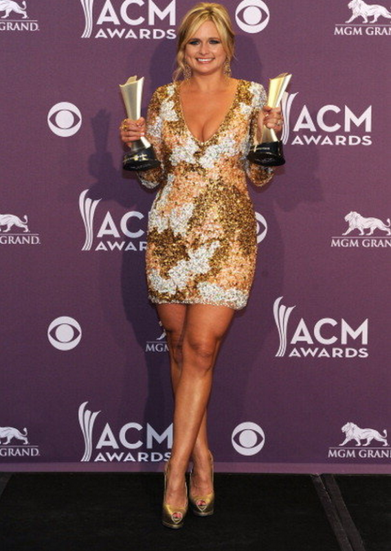 During the 47th annual award ceremony of Academy of Country Music, prizewinner Miranda Lambert raised herself high on her slingback pumps from Giuseppe Zanoti.