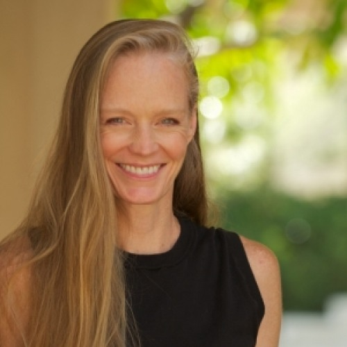 The 55-year old daughter of father (?) and mother Dave Amis, 173 cm tall Suzy Amis in 2017 photo