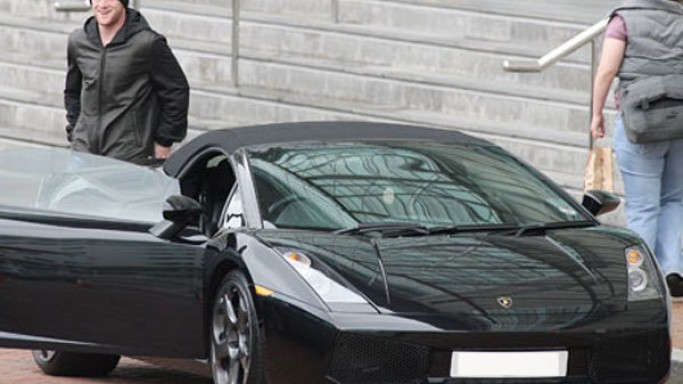 Wayne Rooney drives Lamborghini Gallardo Spyder