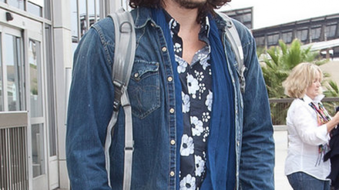 John Mayer has been spotted on many occasions wearing Ray Ban 3025 Aviator sunglasses.