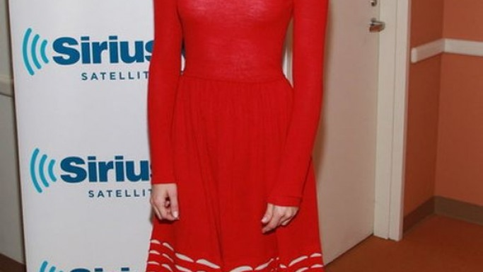When she had to attend the New York Comic Con Beautiful-Creatures Panel in October 2012, actress Emmy Rossum picked a red dress from Tempereley London.